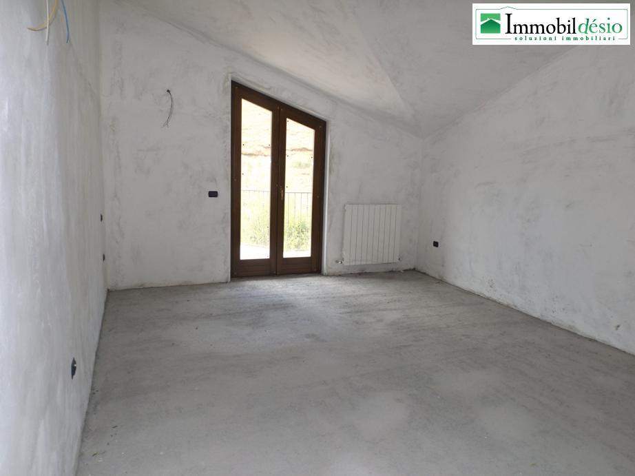 Vendesi attici di nuova costruzione a tito in via san vito for Garage di costruzione in acciaio con appartamento